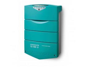 44311005 Cargador de baterías ChargeMaster Plus 12/100-3, integra múltiples funciones en un solo dispositivo, sustituyendo sistemas de carga auxiliar, aisladores, VSRs... Vista en perspectiva lateral del frontal del cargador